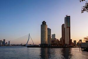 Panoramisch uitzicht op de Erasmusbrug en de kop van zuid in Rotterdam, Nederland. van Tjeerd Kruse