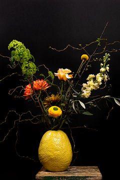 Stilleven; kleurrijke bloemen in gele vaas van Nelleke Uenk Fotografie