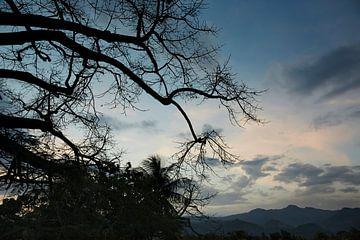 Overweldigende zonsondergang in de Vallei van Vinales tegen een warme zomerdag op Cuba van Tjeerd Kruse