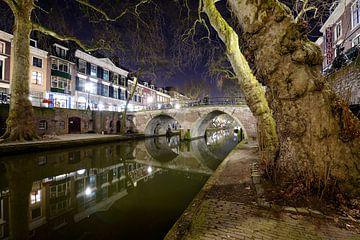 De Oudegracht met de Weesbrug in Utrecht sur Donker Utrecht