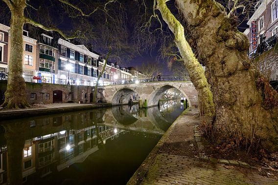 De Oudegracht met de Weesbrug in Utrecht van Donker Utrecht
