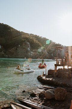 Aan de kust op een Ibiza strand met uitzicht op mensen die op een bootje zitten   Natuur   Landschap van eighty8things