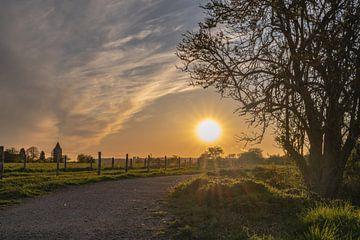 wandelen in Heteren bij zonsondergang van Tania Perneel