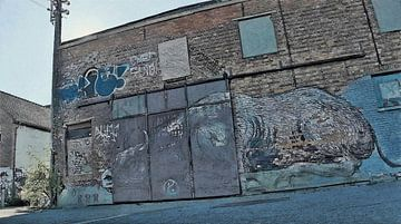 Urbex - Der laufende Stier - Graffiti in den Straßen von Doel, Belgien - Malerei von Schildersatelier van der Ven