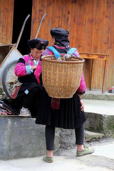 Vrouwen van bergstam Red Yao, China van Inge Hogenbijl