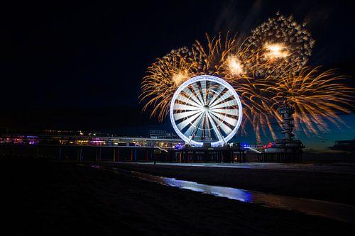 Vuurwerk op de zee bij Scheveningen Pier met reuzenrad