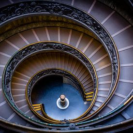 Spiraaltrap in Vaticaan Museum  zonder toeristen (Vaticaan Stad  - Rome) van Alexander Mol