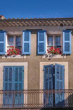 Blauwe ramen in Moustiers-Sainte-Marie van Christian Müringer