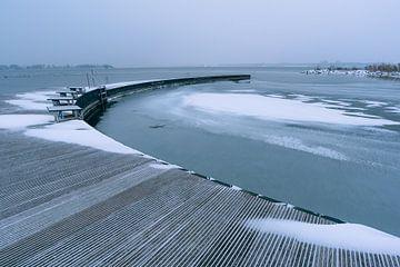 een steiger in Zeewolde in wintertijd in de sneeuw van Robin van Maanen