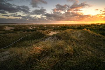 Zonsondergang boven de duinen van Oliver Henze