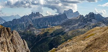 het ruige berglandschap van de Dolomieten met Monte Pelmo van Leo Schindzielorz