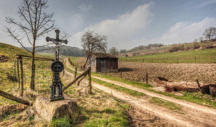 Wegkruis bij Stokhem in Zuid-Limburg van John Kreukniet