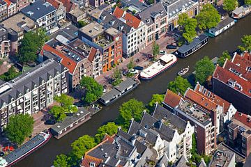 Luchtfoto grachtenpanden Amsterdam van Anton de Zeeuw