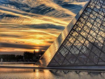 Het Louvre bij zonsondergang  van David Spaans