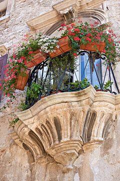 Balkon van een zeer oud woonhuis in de historische oude stad van Pula van Heiko Kueverling