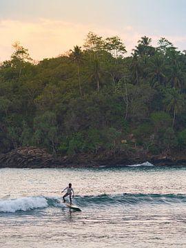 Surfer in Hiriketiya vlakbij Mirissa, Sri Lanka van Teun Janssen