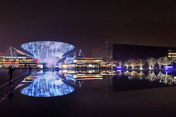 Futuristische Architektur spiegelt sich in einem Teich Wasser in Shanghai von Tony Vingerhoets