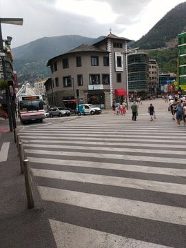 Een bus die voorbij komt in Andorra Valleta van Wilbert Van Veldhuizen