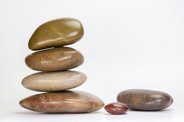 Stapel keien van natuursteen van Tonko Oosterink