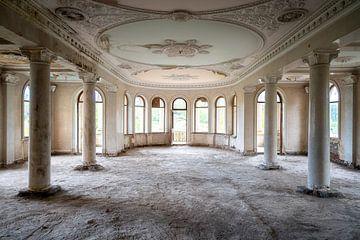 Verlaten Balzaal in Sanatorium. van