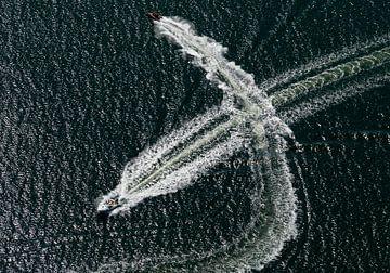 Speedbootjes op het grevelingenmeer kruisen elkaar met hoge snelheid en kruisen elkaars hekgolf. van Sky Pictures Fotografie