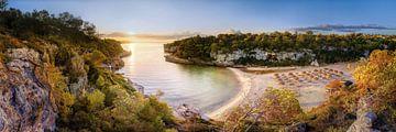 Zonsopgang in de baai van Cala Llombards op het eiland Mallorca van Fine Art Fotografie