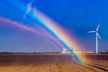 Regenboog tijdens het besproeien van het boerenland van Niels Wenstedt