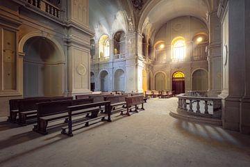 église abandonnée avec des rayons de soleil sur Kristof Ven