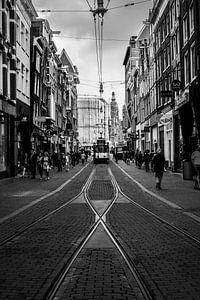 Naderende tram op de Leidsestraat in Amsterdam