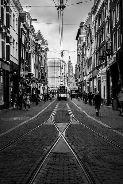 Naderende tram op de Leidsestraat in Amsterdam van Francisca Snel (Cissees)