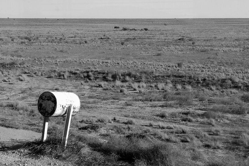 Retro brievenbus in verlaten Outback, Australie van Inge Hogenbijl