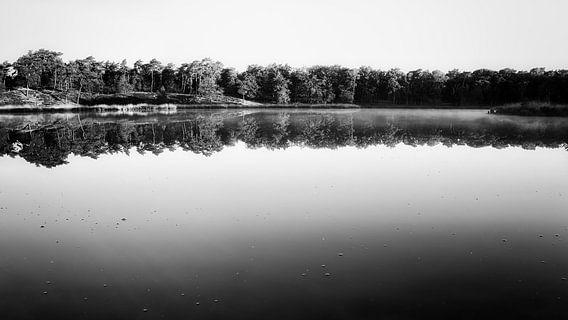 aan de waterzijde in zwart wit.