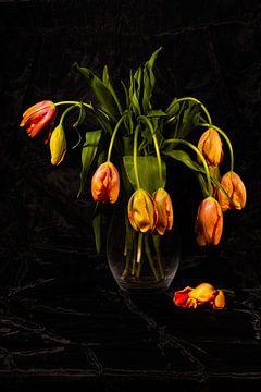 Stilleben mit französischen Tulpen in Glasvase von Roland de Zeeuw fotografie