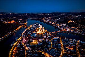 Luftaufnahme von Passau bei Nacht mit Dom und Donau