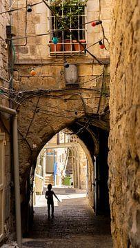 Jongetje rent door de straten van Jeruzalem van Jessica Lokker