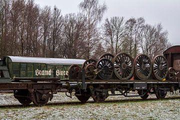 Oude Bierwagon en treinstel met wielen op Station Simpelveld van John Kreukniet