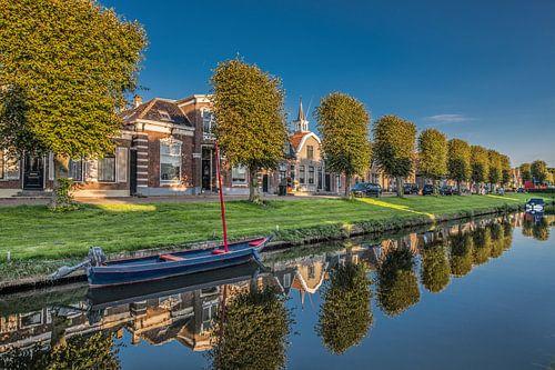 Het Friese stadje Stavoren in het avondlicht gespiegeld in de sloot. van Harrie Muis