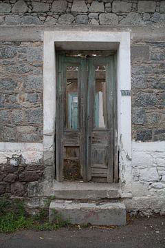 Deuren van verlaten woning op Lesbos sur Jetty Boterhoek
