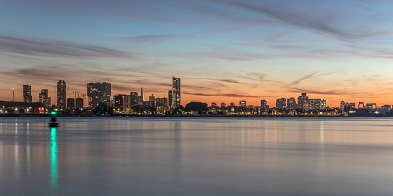 De skyline van Rotterdam tijdens zonsondergang