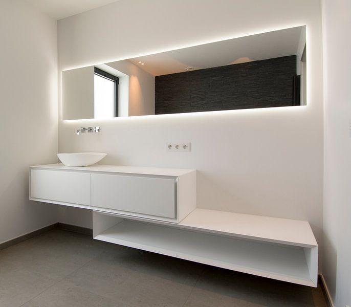 witte badkamer met backlit spiegel en meubel van Ribbi The Artist op ...