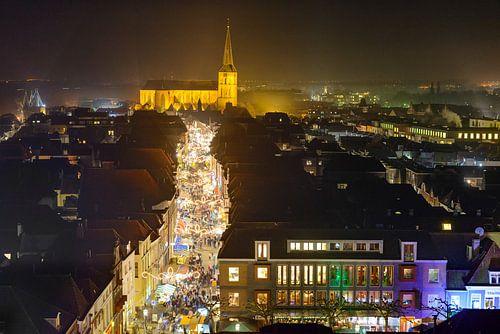 Avond uitzicht op de winkelstraat van Kampen in Overijssel