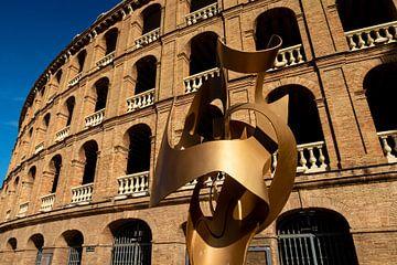 Sculptuur en façade arena aan de Plaza de Toros in Valencia Spanje van Dieter Walther