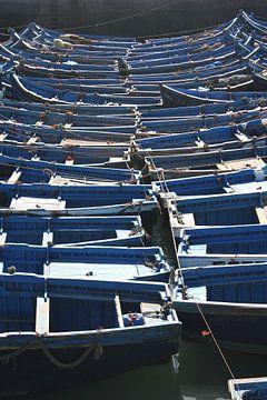 Vissersbootjes in de haven van Essaouira van Rob Hendriks