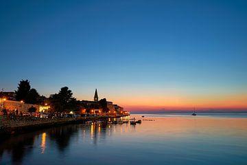 Oude binnenstad van de romantische historische havenstad Porec bij het blauwe uur na zonsondergang van Heiko Kueverling