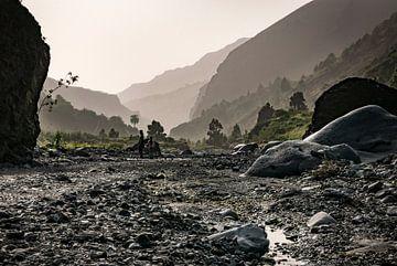 Rivierbedding en bergen van Pierre Verhoeven