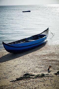 Verlassenes Fischerboot am Strand in Portugal von Karel Ham