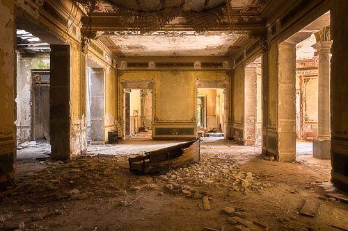 Verlaten Villa met Boot op de Vloer. van Roman Robroek