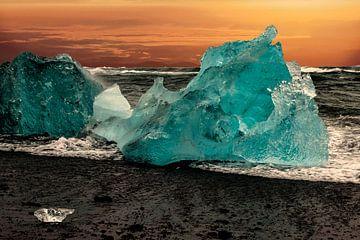 """Paysage Islande avec """"glace bleue"""" rejetée sur le rivage. sur Gert Hilbink"""