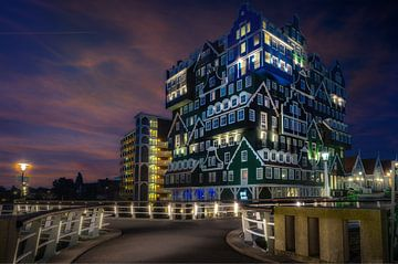 Hotel by Night van Mario Calma