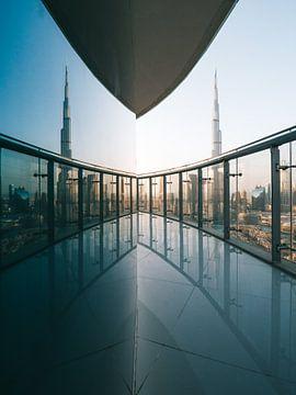 Burj Khalifa und Spiegelung im Glas (Glasfenster) vom Balkon in Downtown Dubai